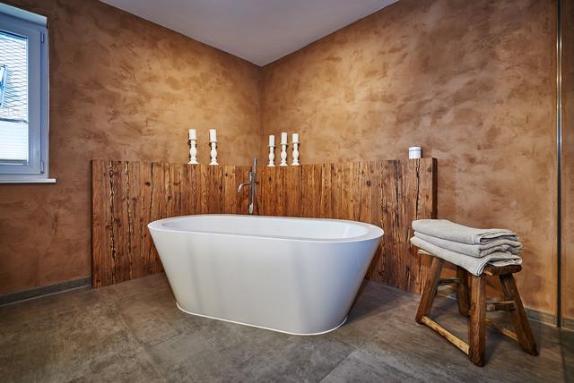 Rustikaler Altholz Chic in einem modernen Bad