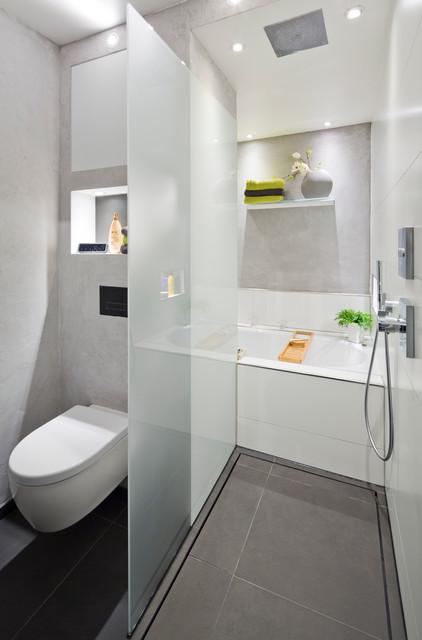 Die Dusche als Durchgang zur Badewanne  Modern
