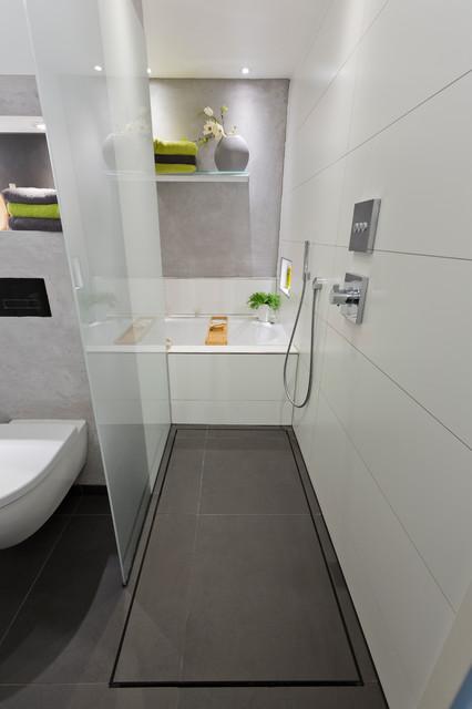 Ideen fr kleine Bder Die Dusche als Durchgang  Modern  Badezimmer  Kln  von baqua
