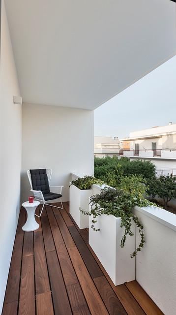 Ristrutturazione casa a schiera AB  Contemporaneo  Balcone  Bari  di Architetto Antonella