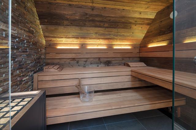 Schmales Badezimmer mit DesignSauna in Altholz im