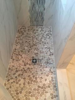 carrelage en marbre et un sol en galet