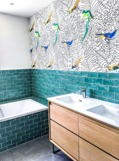 salle de bain avec un carrelage vert