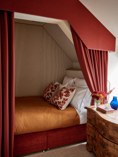 chambre rouge avec un sol beige