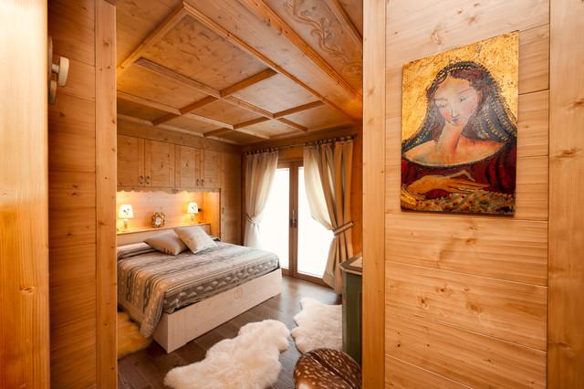 Le tende, sistemate a drappi, ricordano i tessuti classici di una casa di campagna. Arredamento Da Montagna Rustico Camera Da Letto Venezia Di Tre Erre Arredamenti Houzz