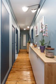 couloir avec un mur bleu photos et