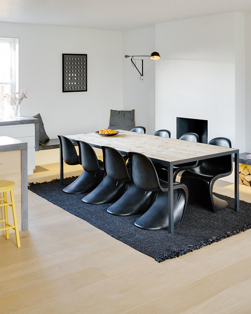 une table industrielle