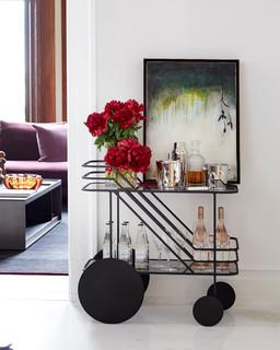 salon moderne avec un chariot mini bar