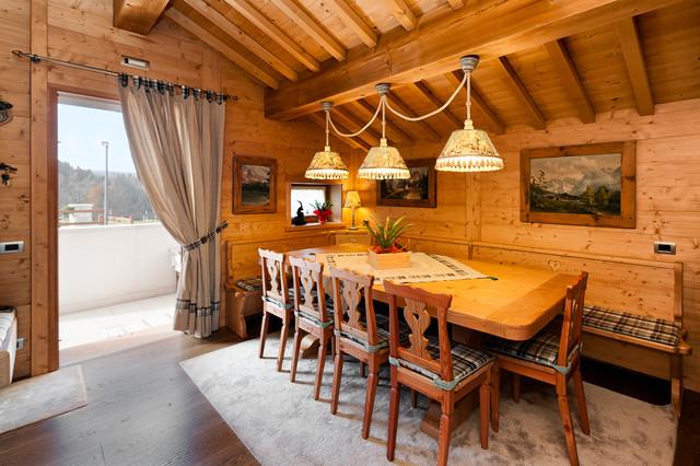 La zona giorno racchiude sala da pranzo, cucina e salotto con balcone panoramico. Arredamento Da Montagna Rustico Sala Da Pranzo Venezia Di Tre Erre Arredamenti Houzz