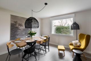 salle a manger avec un mur gris