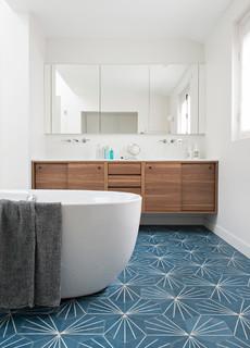 salle de bain avec carrelage bleu et