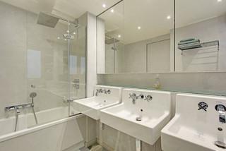 salle de bain avec un placard a porte
