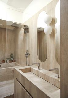 salle de bain avec un espace douche