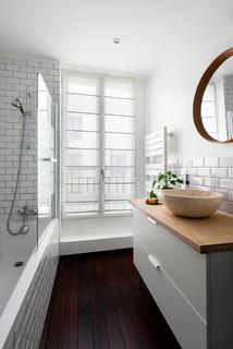 salle de bain avec une baignoire d