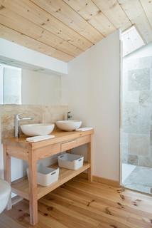 salle de bain avec un carrelage gris et