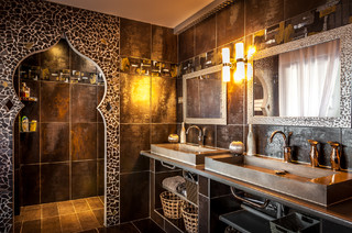salle de bain avec un carrelage marron