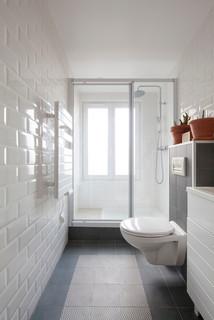 salle de bain longue et etroite