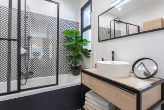 salle de bain avec un carrelage noir et