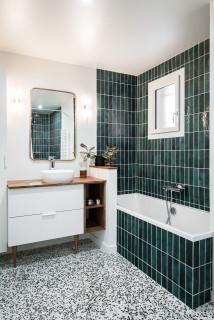 salle de bain avec un carrelage metro