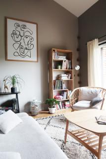 salon marron avec un mur gris photos