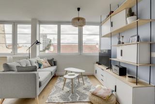 salon scandinave avec un mur bleu
