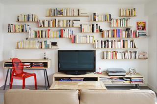 petit salon avec une bibliotheque ou un