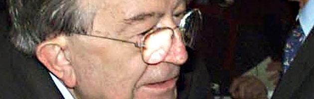 """Andreotti morto, protesta M5S in Senato nel minuto di silenzio: """"Vergogna"""""""