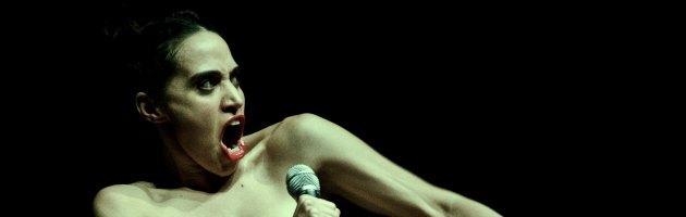 """Una donna nuda sul palco """"pronta a tutto"""". E' """"La merda"""", monologo di Ceresoli"""