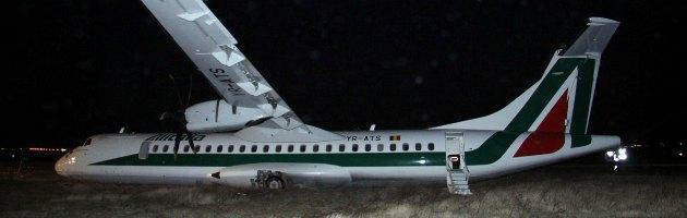 Fiumicino, volo Alitalia appaltato ai rumeni atterra fuori pista: 16 feriti
