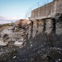 Dettaglio dei piloni superstiti e scoperti della discarica