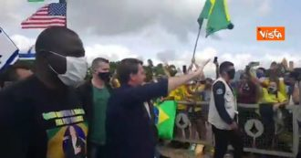 Coronavirus, Bolsonaro parades through the crowd in Brasilia (and takes off his mask) despite the restrictions: protests from opponents