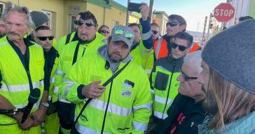 """Portuali di Trieste, si dimette il portavoce Puzzer: contestato dai No Vax per aver annunciato lo stop allo sciopero. Ora dice: """"Protesta continua"""""""