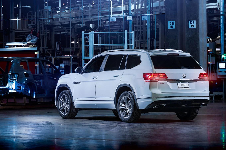 2018-Volkswagen-Atlas-R-Line-rear-three-quarter