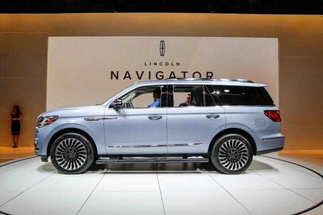 2018 Lincoln Navigator side