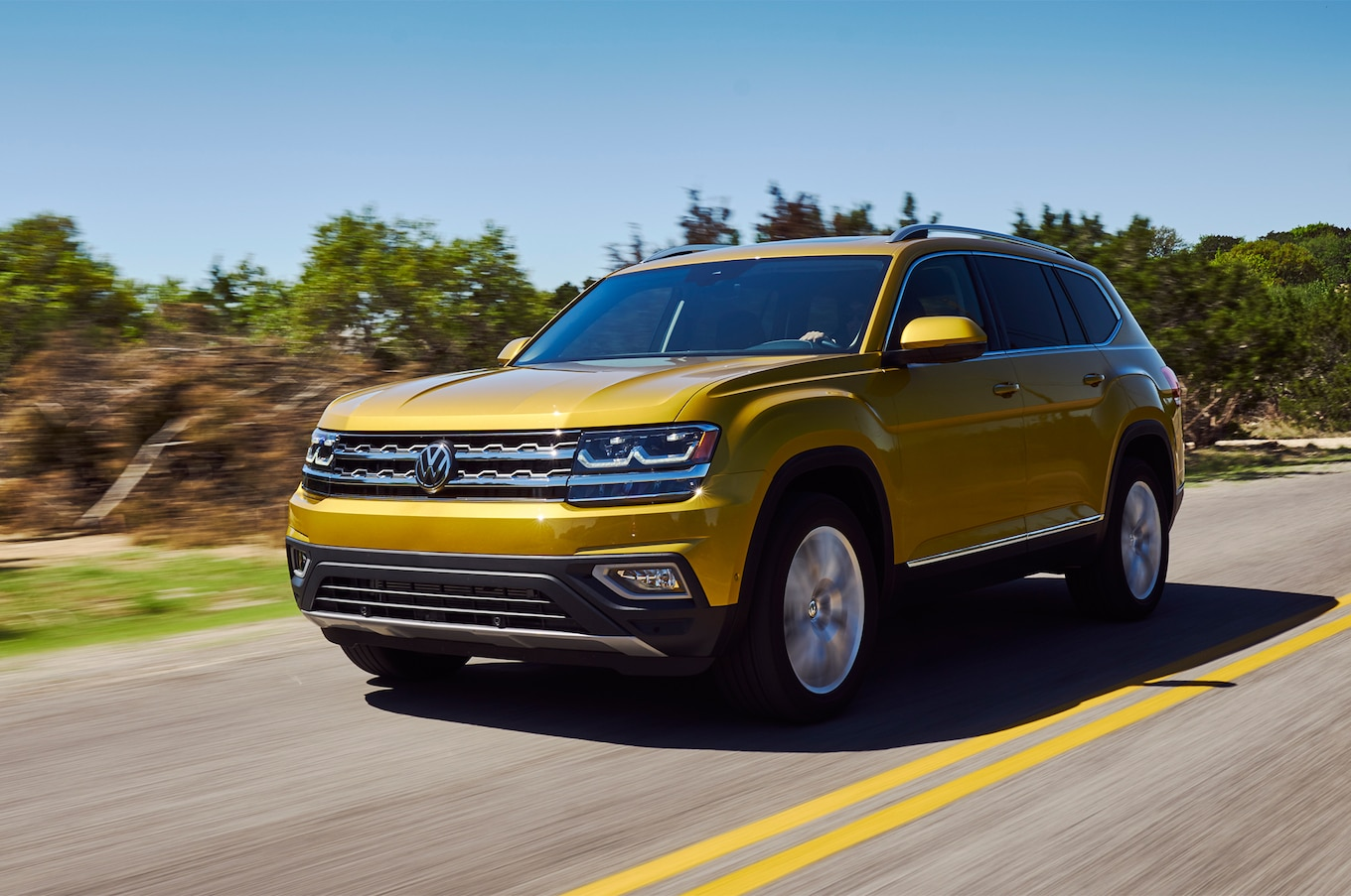 2018 Volkswagen Atlas front three quarter in motion 07