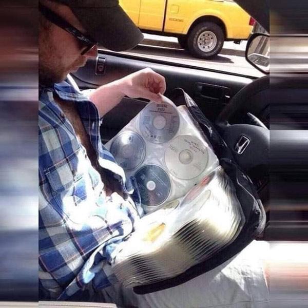 """Những người thích nghe nhạc """"thời xưa"""" hầu như ai cũng có một quyển album lưu trữ đĩa CD như thế này"""
