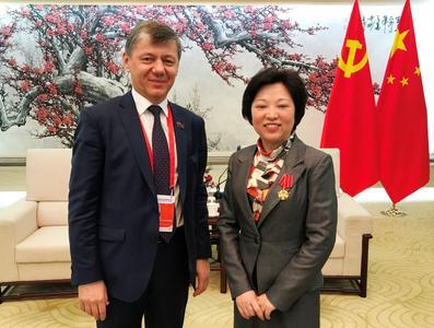 Dmitry Novikov représente le Parti communiste lors d'un forum international organisé par le Parti communiste chinois