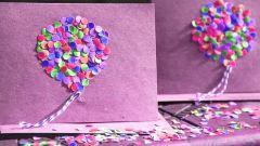 Hur lätt är det att göra ett vykort för någon semester från konfetti och papper
