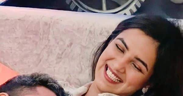 Bigg Boss 14's couple Jasmin Bhasin and Aly Goni made us fall in love with them all over again