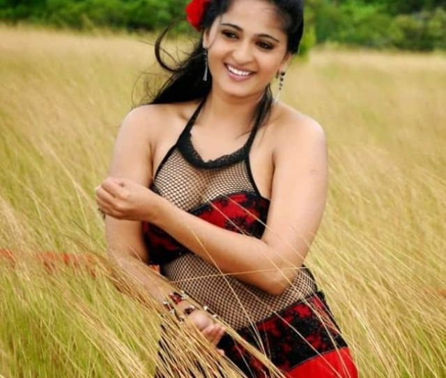 Anushka Shetty Flaunting Her Cleavage In Super Hot Shoot