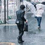 スーツが雨で濡れたときの乾かし方とシミやシワの対処法