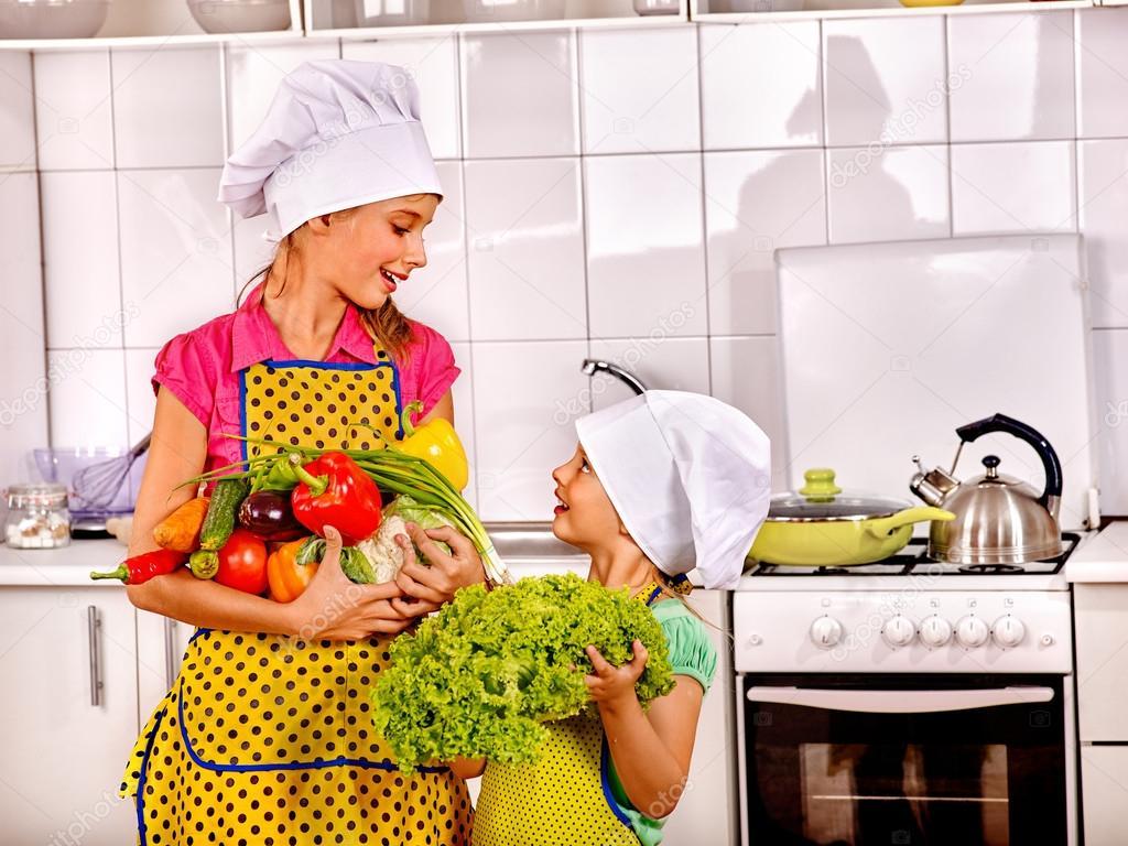 kitchen apron for kids lights fixtures 孩子们在厨房里做饭 图库照片 c poznyakov 124501060