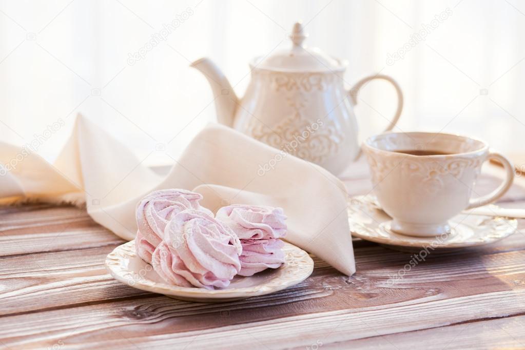 zephyr kitchen white towels 上午茶与西风 图库照片 c nikascorpionka 122987108 西风和明亮的厨房里的茶 照片作者nikascorpionka