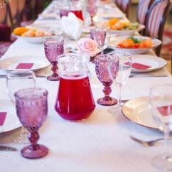 Burgundy Kitchen Decor Remodeling Costs 餐厅 奠定了宴会 大型表的内部装饰在勃艮第的音调 图库照片 C Kriscole 大型表的内部装饰在勃艮第的