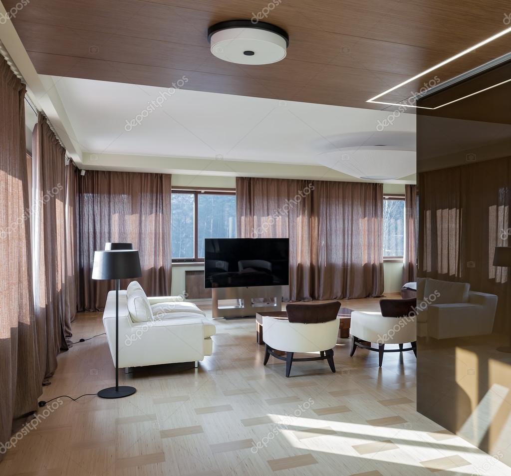 Interno di casa teatro moderno con grandi finestre  Foto Stock  YegorP 87344778