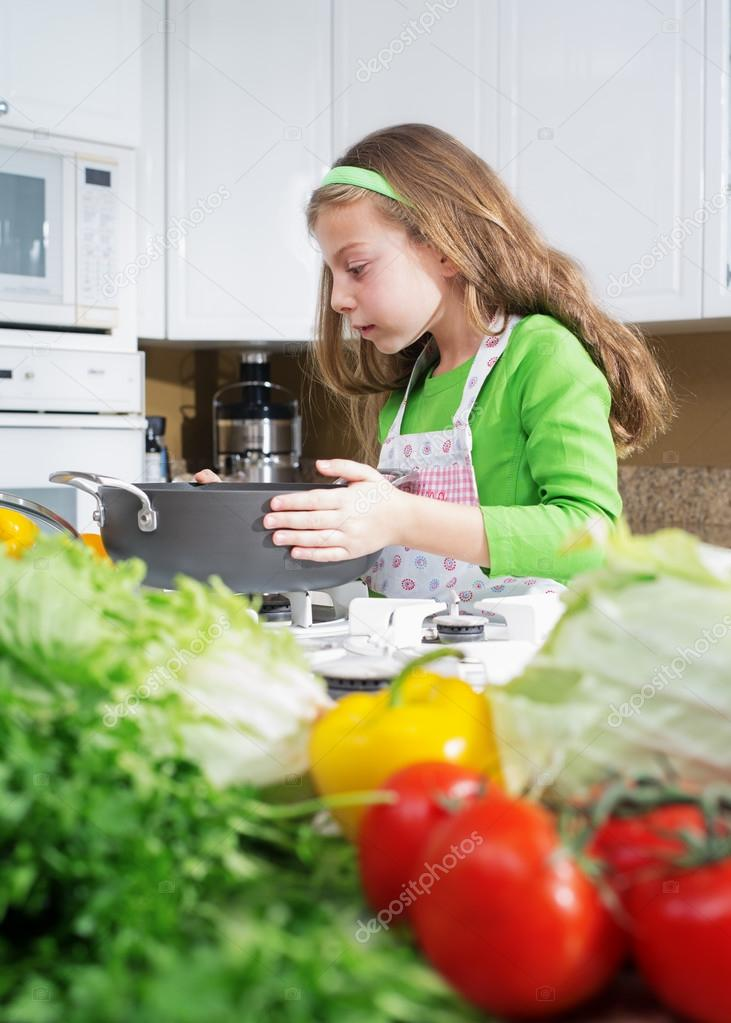 kitchen kid smoke extractor 年轻漂亮的女孩在厨房孩子 厨师 烹饪 餐 人类 炉子 美观
