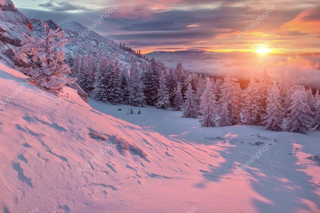 Paesaggio di inverno nelle montagne allalba  Foto Stock  frantic00 83799476