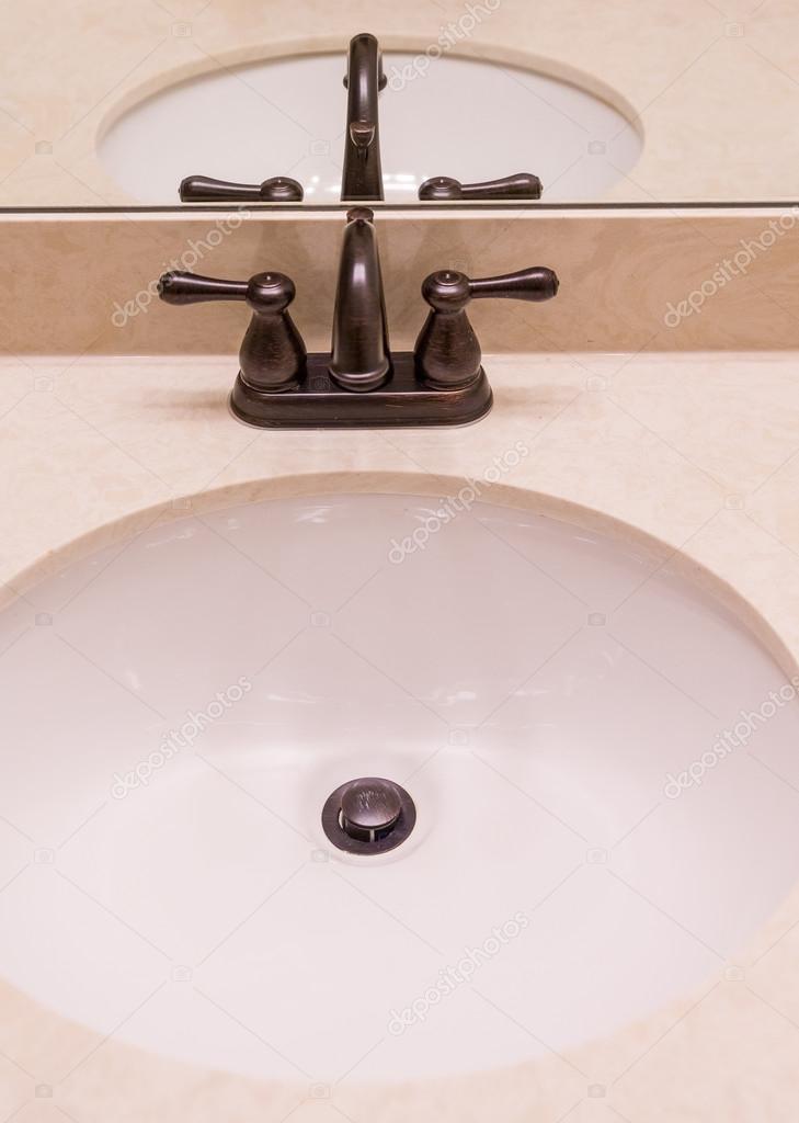 oil rubbed bronze kitchen sink games free 大理石的接收器上的青铜夹具 图库照片 c dbvirago 100086330 油擦青铜夹具上大理石水槽 照片作者dbvirago