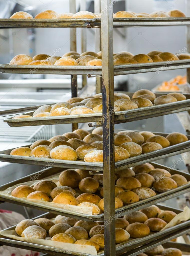 kitchen bakers rack aid k5ss 在机架上的新鲜烤的面包 图库照片 c dbvirago 106740388 新鲜出炉的面包架和商用厨房的锅 照片作者dbvirago