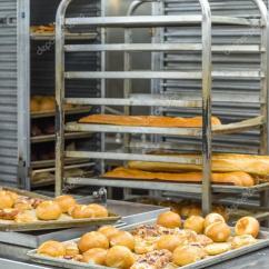 Kitchen Bakers Rack Area Rugs 卷和面包店锅饼 图库照片 C Dbvirago 119157946 新鲜出炉的面包架和商用厨房的锅 照片作者dbvirago